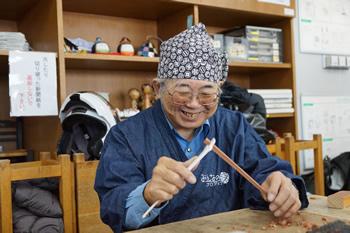 シニア男性箸づくり職人